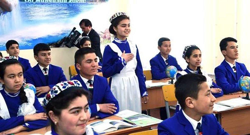 «Директор заставляет снять куртки», «За кроссовки кричат: «Позор!»: Это таджикские школы