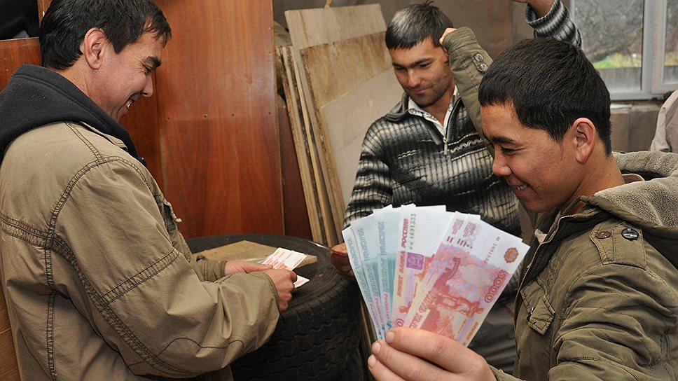 Доллары таджикских мигрантов. Таджикистан в тройке самых зависимых от денежных переводов стран мира