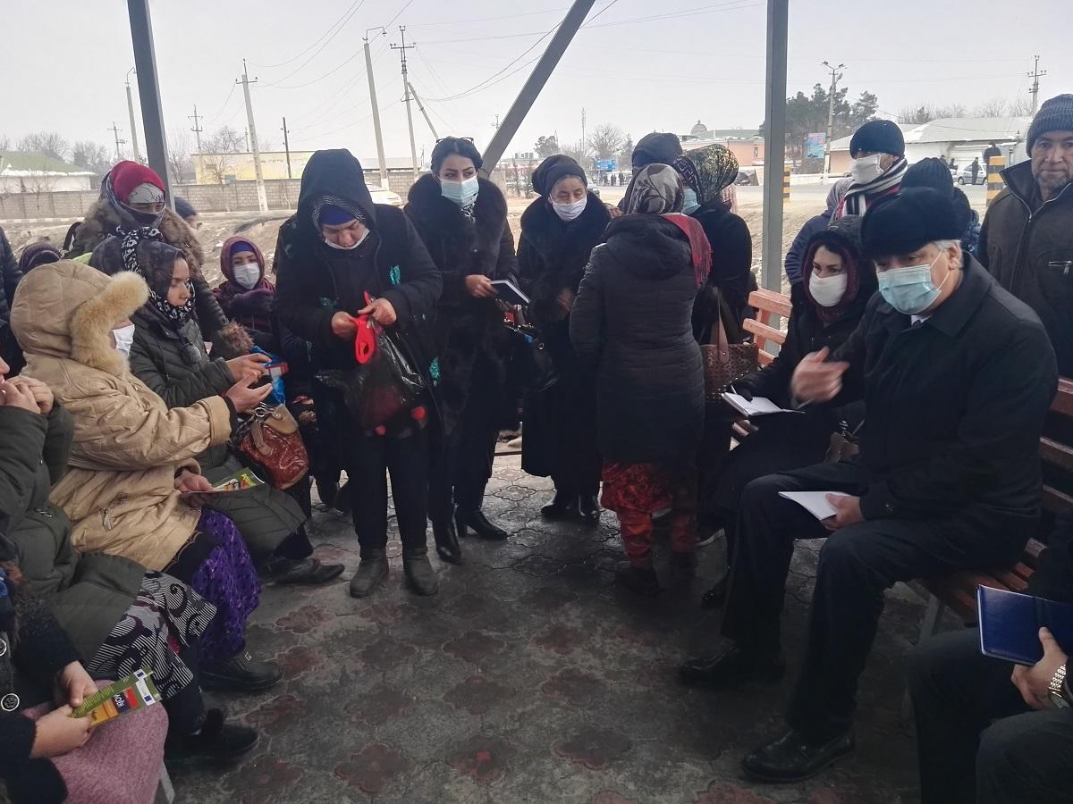 Муовини раиси вилояти Хатлон ҳам ба мардикорбозори занон рафт