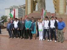 Таджикские спортсмены-олимпийцы возложили цветы к памятнику Исмоили Сомони