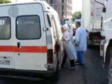 Из-за огромной пробки врачам скорой помощи пришлось добираться до пациента пешком (видео)