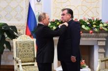 Владимир Путин наградил Эмомали Рахмона орденом Александра Невского