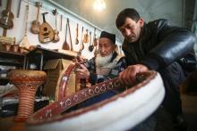 Чувствуя ритм: Кто и как изготавливает в Таджикистане музыкальные инструменты