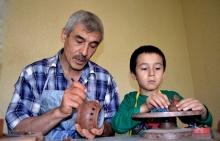 Как вырезать на глине узоры? Секреты таджикской керамики