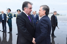 Шавкат Мирзиёев прибыл в Душанбе. Его встретил лично Эмомали Рахмон