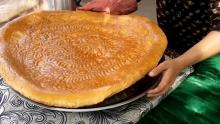 Гигантские лепешки: как жительница Рашта начала печь хлеб весом 10 кг