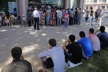 «Стою уже третий день в очереди…». В Таджикистане небывалый бум на сим-карты