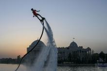 Парящие над водой: в Душанбе впервые показали шоу на воде
