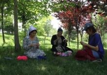 День публичного вязания: зачем таджички вышли на улицы со спицами