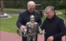 Мирзиёев подарил Лукашенко его маленькую копию с хоккейной клюшкой в руках