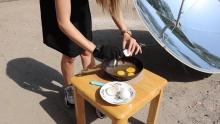 Они это сделали: душанбинские экологи пожарили яичницу на солнце