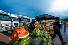 На рынке в Новосибирске произошла разборка со стрельбой между мигрантами-торговцами из ЦА