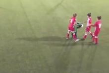 На матче Иордания-Палестина футболистки взяли в кольцо одну из соперниц, чтобы она поправила съехавший хиджаб