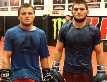 Хабиб Нурмагомедов прилетел в Ташкент, где пройдет бой его двоюродного брата