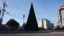 На метр выше и еще краше. В Душанбе устанавливают главную новогоднюю елку страны