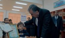 Президента тронули слезы мальчика во время открытия новой школы в Душанбе