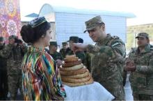 Песни и пляски. Как встретили в Таджикистане узбекских солдат и офицеров