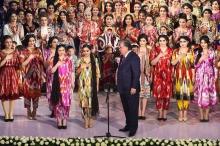 Эмомали Рахмон оценил использование адраса и атласа в современной одежде