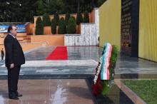 Президент Таджикистана возложил венок к Вечному огню в столичном парке Победы