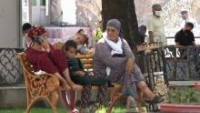 Расслабились: таджикистанцы перестали носить маски и вышли массово гулять