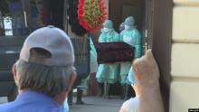 В Алматы люди выстраиваются в очереди, чтобы забрать тела родственников из морга