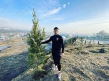 Футболист Нуриддин Давронов посадил дерево, откликнувшись на призыв Рустама Эмомали