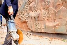 Минкульт: Демонтаж барельефа Хакимова и памятной плиты Малики Сабировой делают квалифицированные специалисты