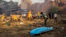Коронавирусный коллапс в Индии: умерших сжигают прямо на улицах