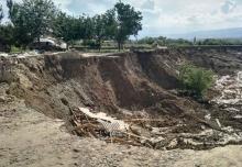 В Хатлоне из-за проливных дождей и размыва почвы ушли под землю 15 домов (ДОПОЛНЕНО)