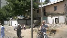 Снос дома в Душанбе: Компания-застройщик закрыла забором дом, откуда еще не выехали жители